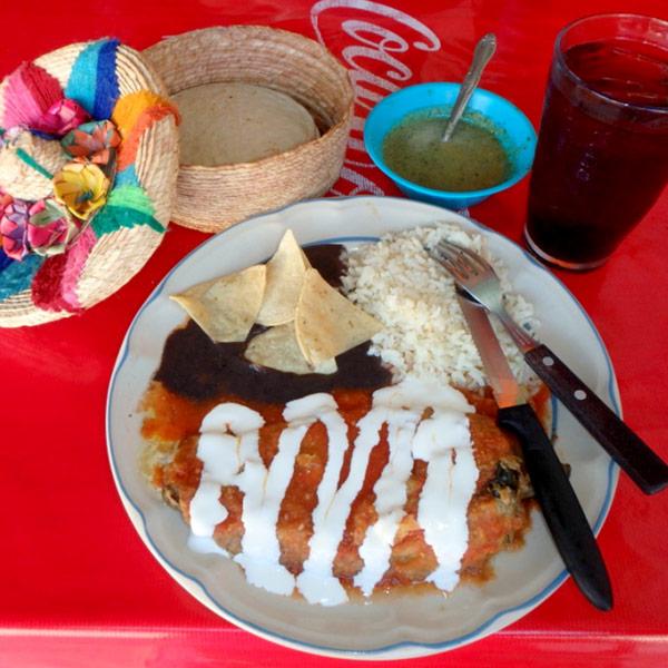 プラヤ・デル・カルメンでの食事。大きな唐辛子、チレにたっぷりとチーズが入っているチレ・レジェーノ Chile Relleno 飲み物付のセットで55ペソ(約320円)