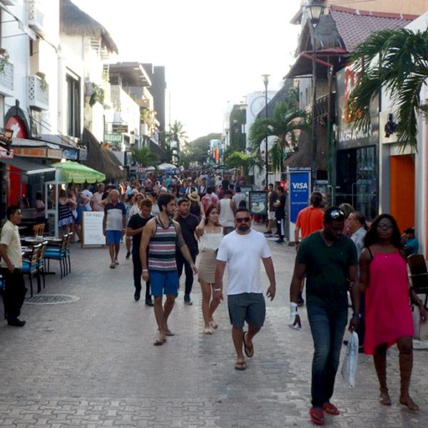 多くの観光客が行き来している、プラヤ・デル・カルメンの目ぬき通りキンタ・アベニーダ Av.Qunta