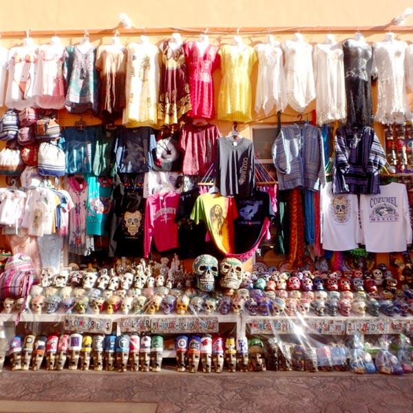 大勢の観光客が訪れるコスメル島の小さな町にも土産物屋がズラリ