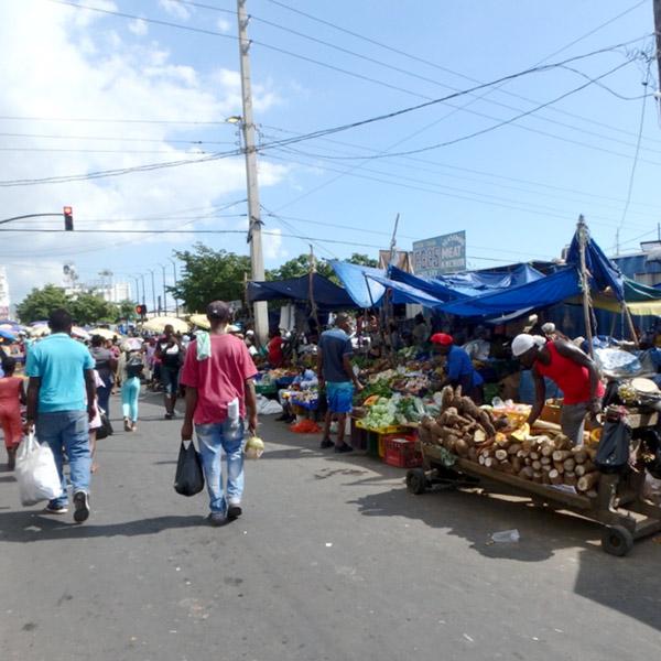 ダウンタウンの中心にあるマーケットは、午前中より昼過ぎの方が露店が沢山出て賑わっていました