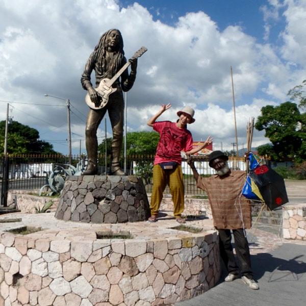 ボブ・マーリーの国葬が行われたナショナル・スタジアムの近くに建てられている銅像と、自然にポーズをとってカメラの前に現れたおじさんと記念撮影♪