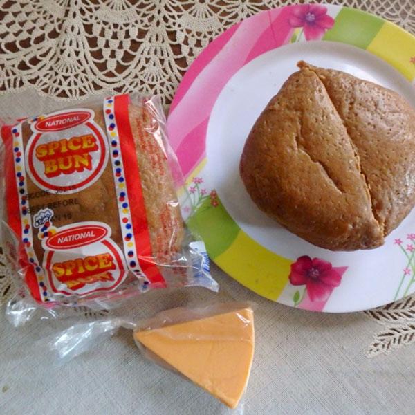 ジャマイカの国民食?、バン・アンド・チーズ Bun and Cheese。これも癖になる美味しさ