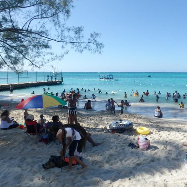 元旦は公共のビーチが地元の家族連れで賑わっていました