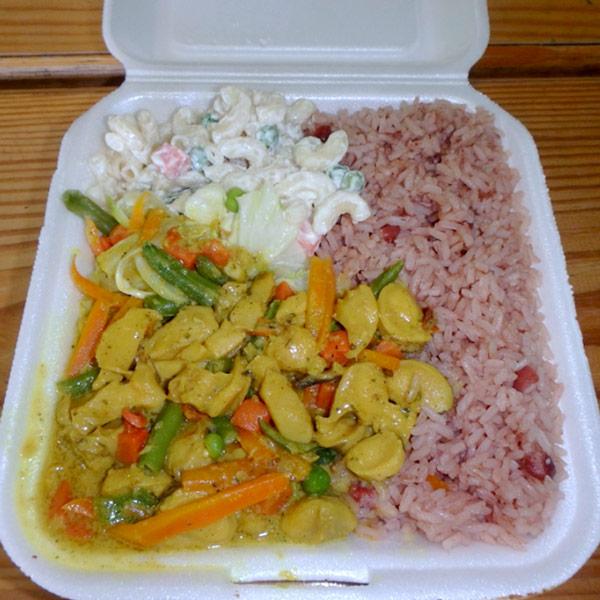 熱々のカレー風味のコンク貝、カリード・コンク Curried Conchと豆ご飯 Rice and Peasの美味しいお弁当。 JM$550(約540円)