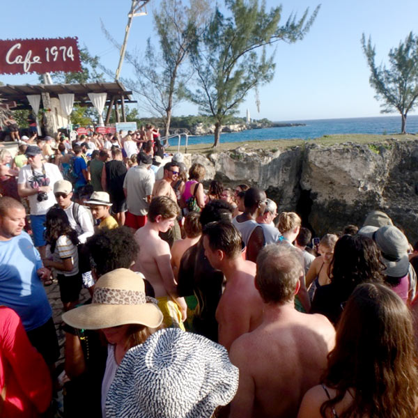 世界中から集まっている旅行者で大賑わいのリックス・カフェ Rick's Cafe