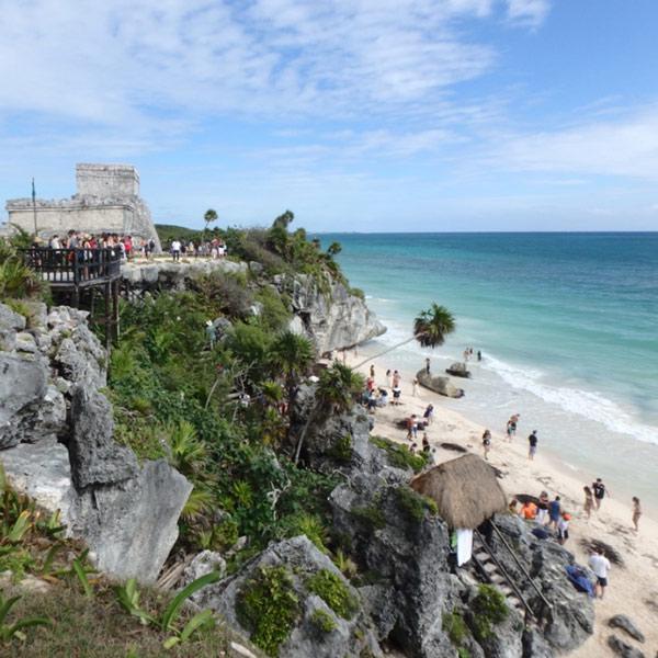 トゥルム遺跡と美しいカリブ海