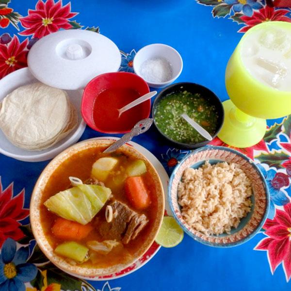トゥルムでの食事。地元の人に人気の食堂で食べた牛肉入りのスープ。セットの飲み物はお米のジュース、オルチャータ Horchataにしました♪80ペソ(約600円)