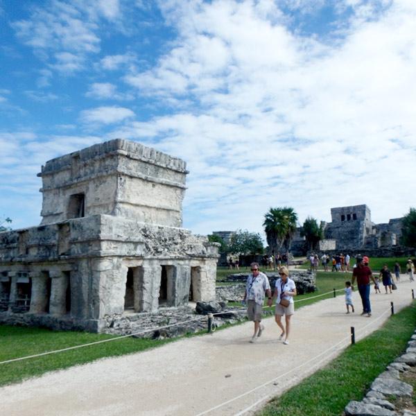 フレスコ画の神殿 Temple de las Pinturas(手前)と中央神殿、エルカスティージョ El Castillo