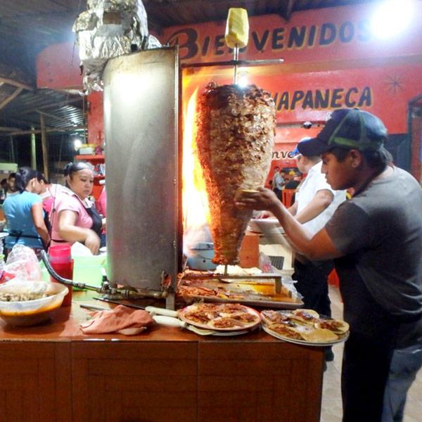 タコス・アル・パストール Tacos al Pastor(味付けをした豚肉を串に一枚ずつ刺し、大きなかたまりになったものを回転させながらバーナーで焼いて、焼けた肉をナイフで丁寧にそぎ落としたものをタコスの具にする)が大人気のタコス屋さん。1つ10ペソ(約57円)でとても美味♪
