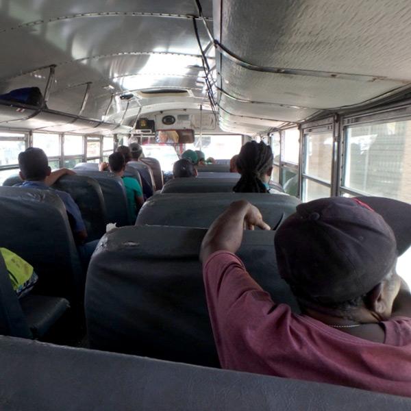 大きなバスは窓が開けられて気持ちがいいし、乗り心地もグッド♪エアコンが入っている綺麗なバスよりこっちの方が好きです