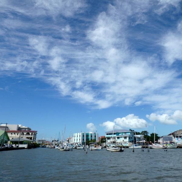 ヨットが停泊しているホーラバー川 Houlover Creekの河口。島へ行くボート乗り場は、外国人の観光客で賑わっていました