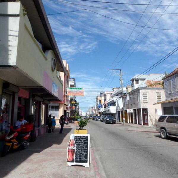 銀行や商店、お弁当屋さんなどが並んでいるアルバート通り Albert St.