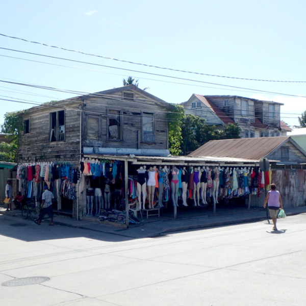 バスターミナルの近くで見掛けた、面白いディスプレイの衣料品店