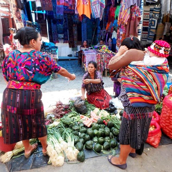 女性たちが着ている色とりどりの伝統衣装を見るのも、定期市の楽しみの一つです♪