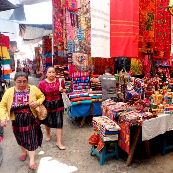 サント・トマス教会前の広場を中心に民芸品や食料品、日用雑貨など様々な物を売っているお店がズラリと並んでいます