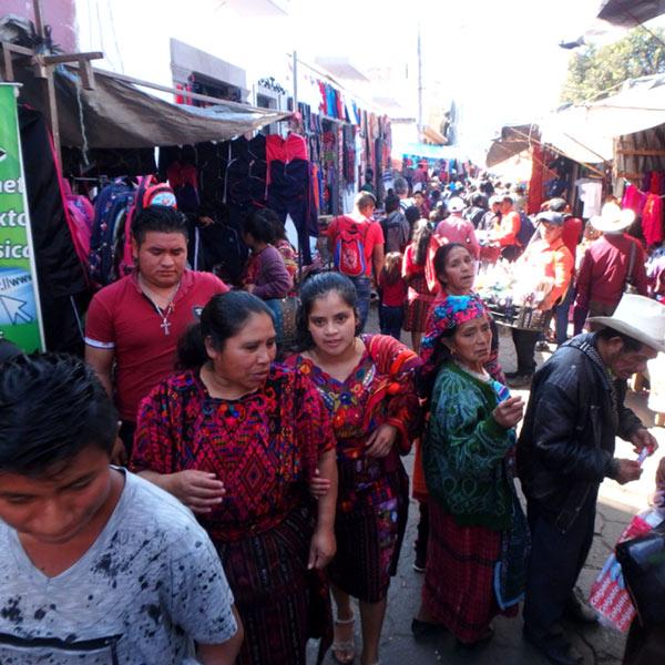町中の路地に様々なお店が並び、多くの人で賑わうチチカステナンゴの定期市