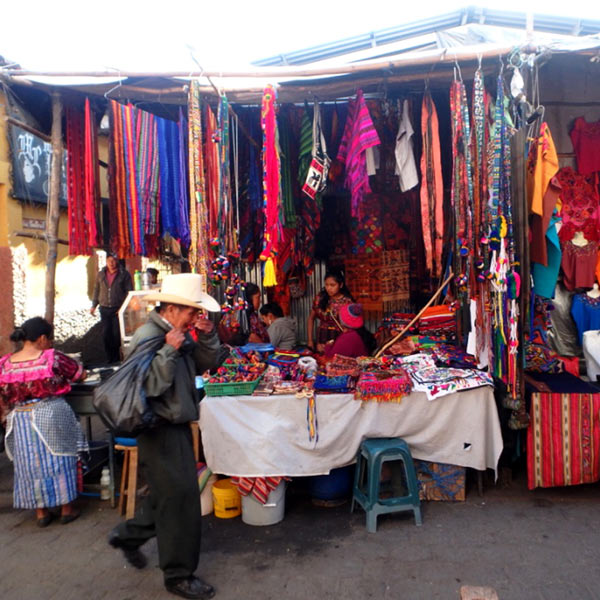 グアテマラ各地の伝統衣装や頭飾り、織物などが売られているので掘り出し物も期待出来ます♪