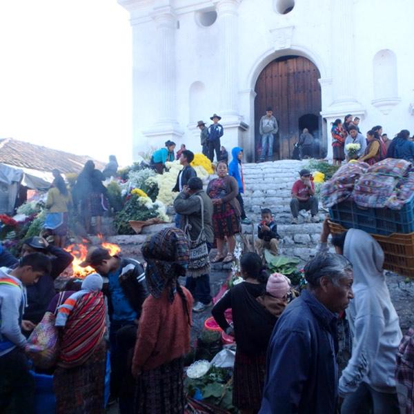 1540年に建てられたサント・トマス教会 Iglesia de Santo Tomásの前にはいつも多くの人が集っていて、両膝をついて前に進みながら熱心に祈っている人の姿も