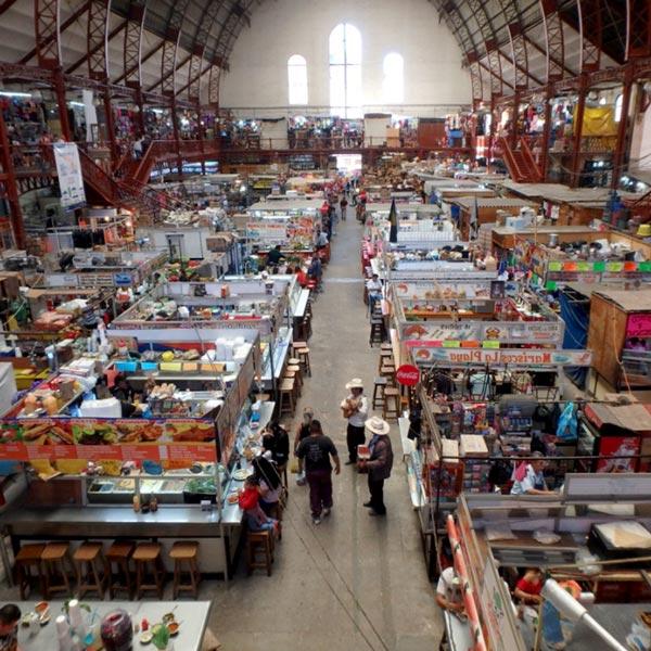 庶民の台所、イダルゴ市場 Mercado Hidalgo。1910年に駅舎として建てられた大きな建物の中に、生鮮食品を売る店や食堂、民芸品店が並んでいます
