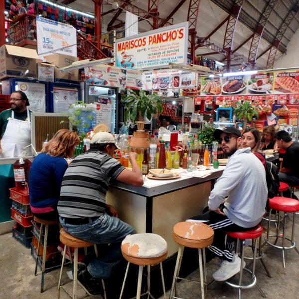 いつも賑わっている人気の食堂。魚介のスープの他にも、揚げたての大きな白身魚のフライやエビフライもあってとても美味しかったです♪