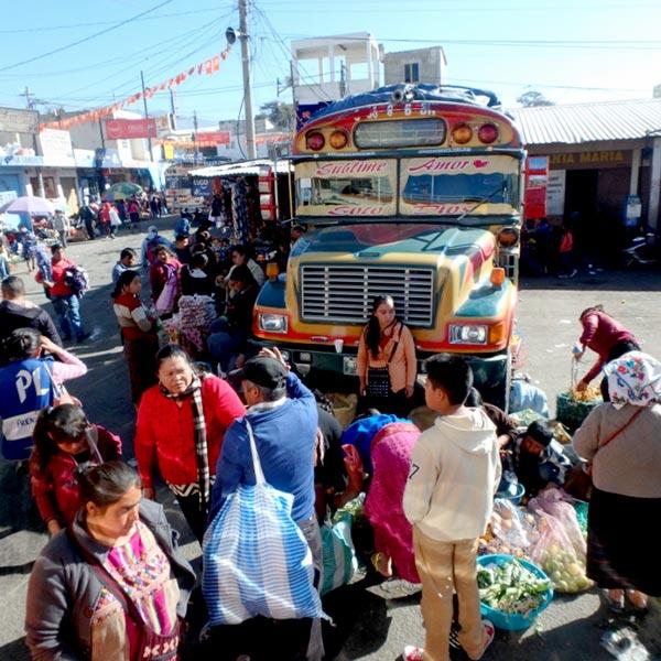 パナハッチェルからはチキンバスを4回乗り換え、約4時間でウエウエテナンゴに到着