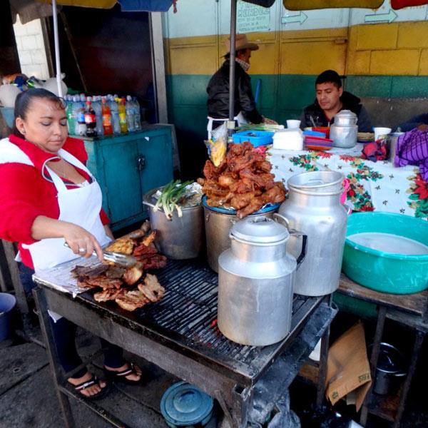 バスターミナルの横には、炭火焼でお肉を焼いている簡易食堂が並んでいます
