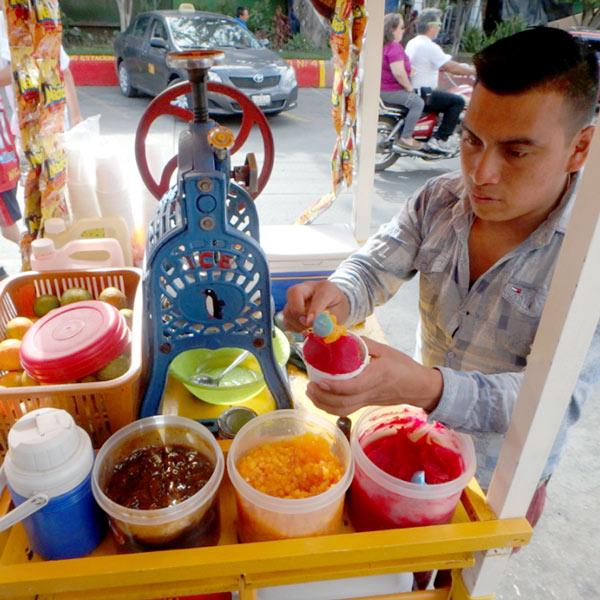 町の中心にある公園にいたかき氷屋さん。シロップたっぷりのかき氷に芋きんとん、パイナップル、タマリンドをトッピングしたものが1つ5ケツァール(約70円)