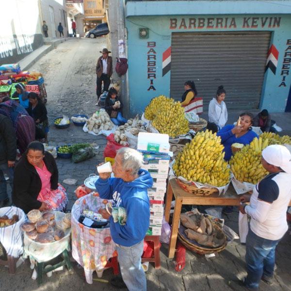 バスはターミナルを出て、市場の中を進んでいきます。バナナが美味しそ〜♪
