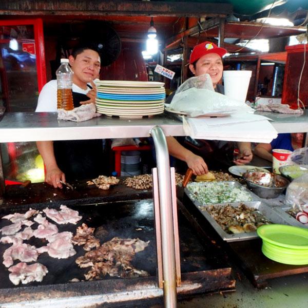 人気のタコス屋さん♪お肉が沢山入っているタコスは、1つ9ペソ(約52円)