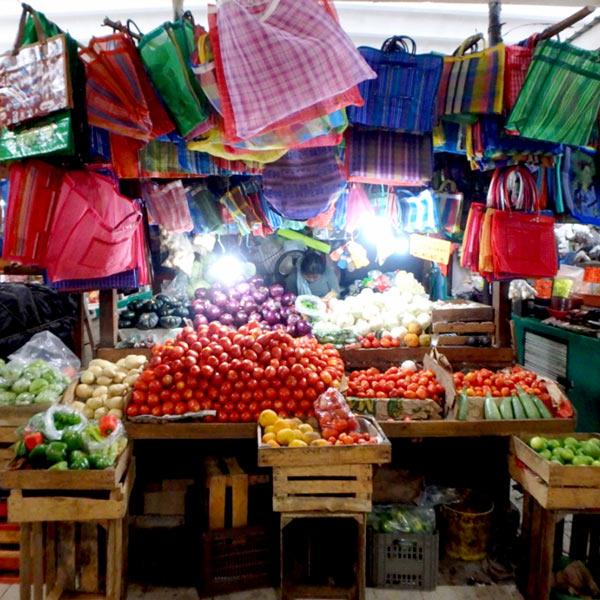 似た様なお店があちこちにあって、迷路の様なルーカス・デ・ガルベス市場 Mercado Lucas De Galvéz