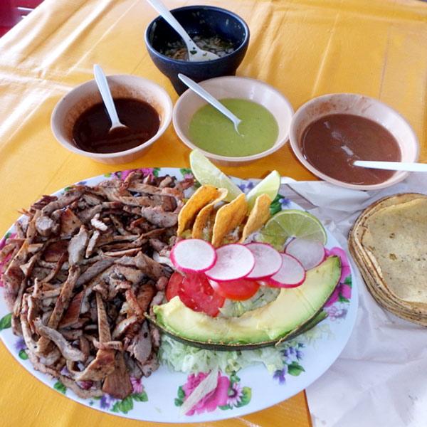 メリダでの食事。ボリューム満点の焼肉(ポーク)セット、120ペソ(約700円)