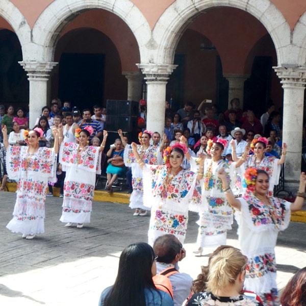 日曜日に行われていた伝統舞踊のショー。伝統衣装を着た女性たちがとても綺麗でした♪