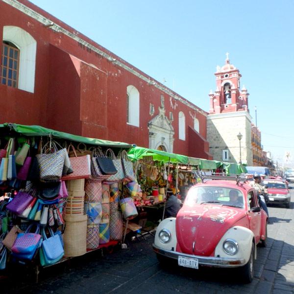 オアハカのベインテ・デ・ノビエンブレ市場 Mercado 20 de Noviembreと、町でよく見掛けるメキシカンビートル