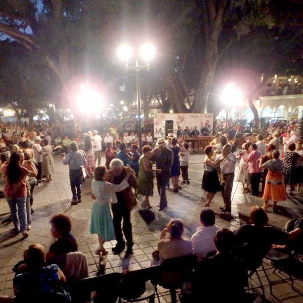 生演奏でダンスを楽しんでいる人々♪夜は涼しいので昼間より大勢の人が広場に集まっていました