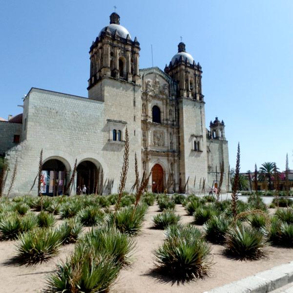 サントドミンゴ教会 Iglesia de Santo Domingo。前のお庭もとても素敵