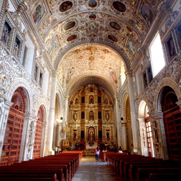 豪華な装飾が美しいサントドミンゴ教会の内部