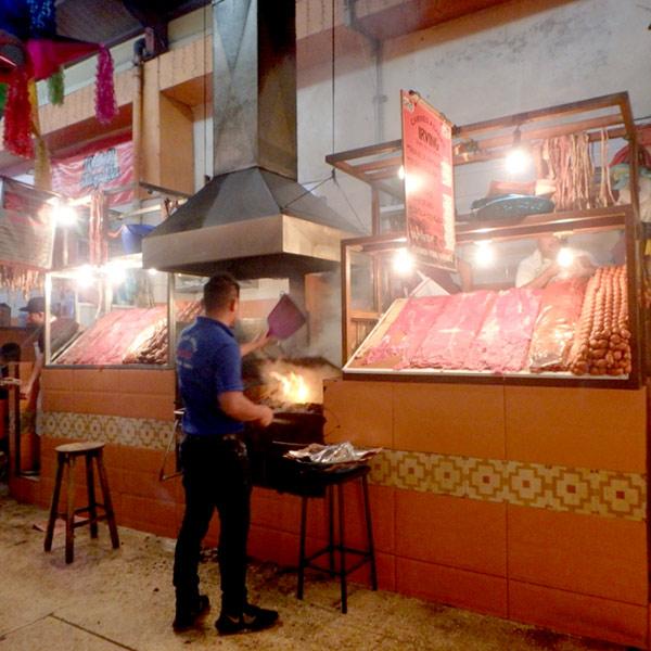 ベインテ・デ・ノビエンブレ市場の焼肉屋さんが並んでいる通り。お肉を選ぶと炭火で焼いてくれます♪