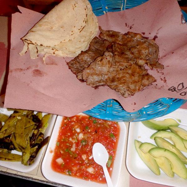 焼肉(牛)100ペソ、トルティーヤ10ペソ、付け合わせのノパル(サボテン)、辛いトマトソース、アボカドは1皿15ペソ。全部で約900円、2人で食べて満腹になりました!