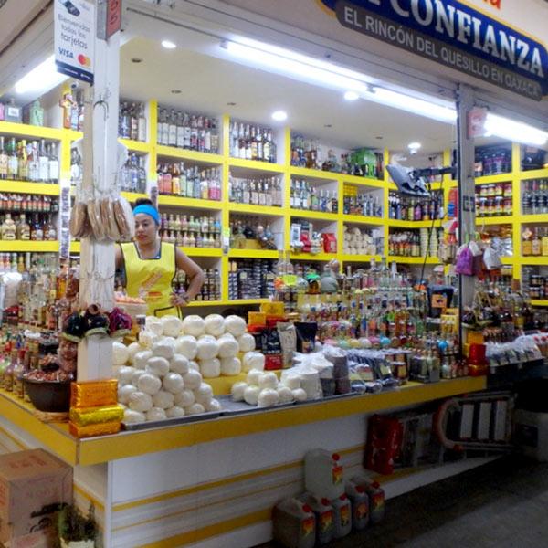 オアハカ特産のチーズと、竜舌蘭から作られる蒸留酒メスカル Mezcalを売っているお店