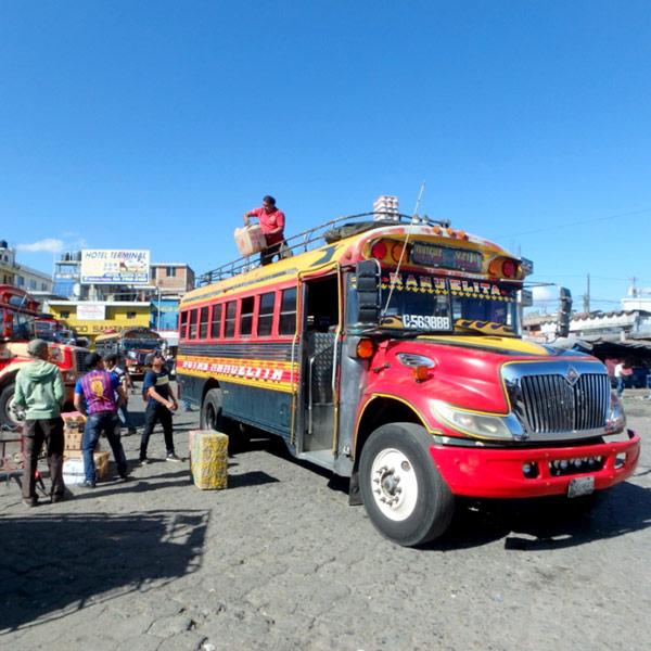 グアテマラ庶民の足、チキンバス(カミオネタ)。外装の色も1台1台違っていて、格好良いので見るたびに写真を撮ってしまいます。笑