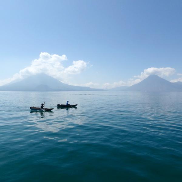 美しいアティトラン湖 Lago de Atitlán。小舟に乗っている漁師さんたち