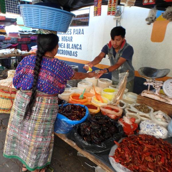 サン・ルーカス・トリマンの女性たちは、細やかな模様が織り込んであるウイピル(伝統衣装の上着)を着ています