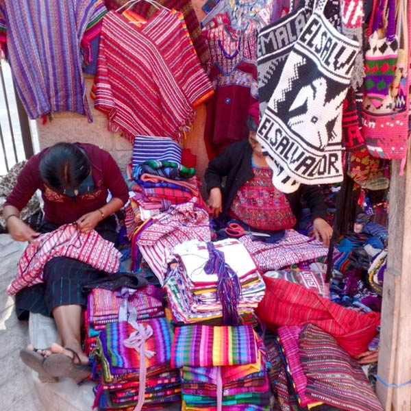 パナハッチェルの路上に並んでいる小さなお店で、ウイピルに縁飾りをしている女性