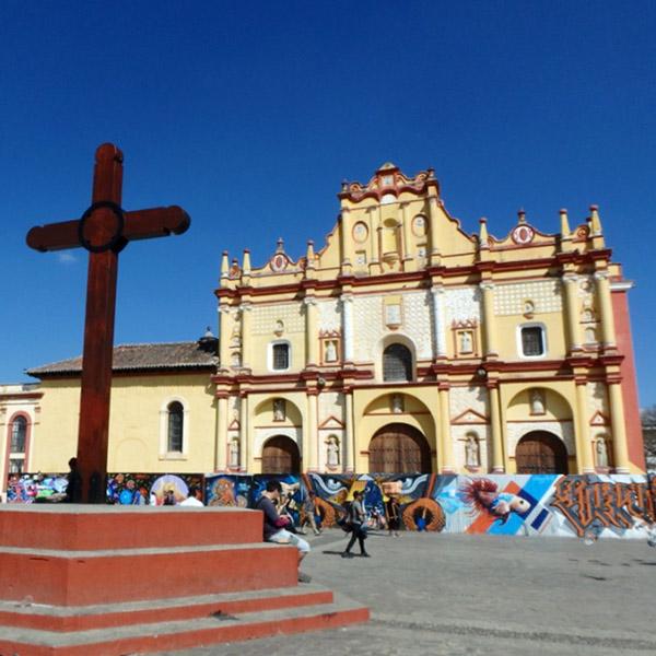 サンクリストバル・デ・ラスカサスの中心地に立っている黄色いカテドラル。工事中なのか、ペイントされた壁に囲まれていました