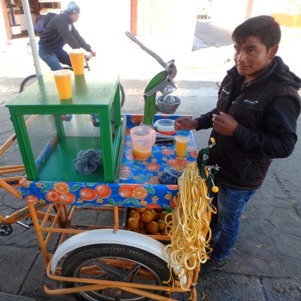 移動販売のオレンジジュース屋さん。フレッシュなジュースはとても美味♪
