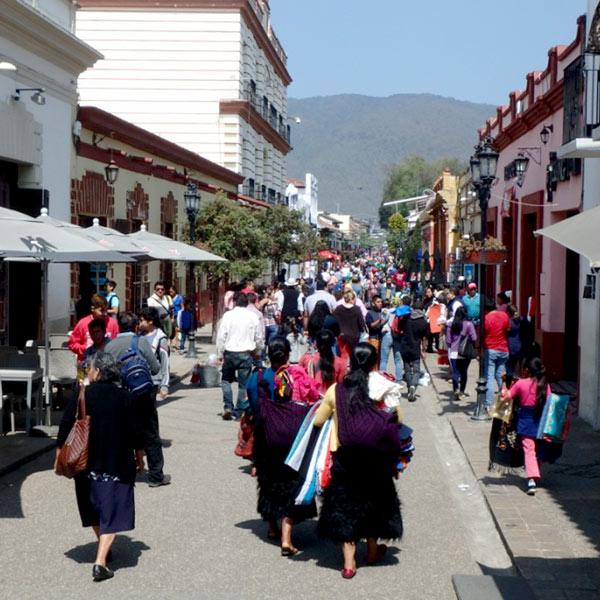 多くの観光客で1日中賑わっている、目抜き通りの20 de Noviembre