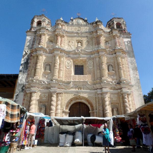 装飾が美しいサントドミンゴ寺院 Templo de Santo Domingo。寺院前の広場には、民芸品を売っている小さなお店がびっしりと並んでいます
