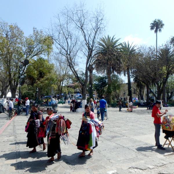 町の中を歩きながら民芸品を売っている先住民の女性たち
