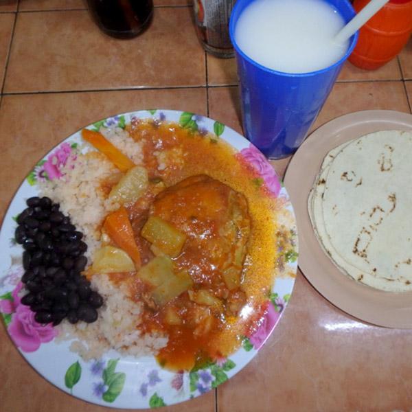市場に行くと、安くて美味しいご飯を食べることが出来ます♪トルティーヤ付きのチキンのトマト煮は40ペソ(約230円)。お米のジュース、オルチャータは10ペソ(約58円)