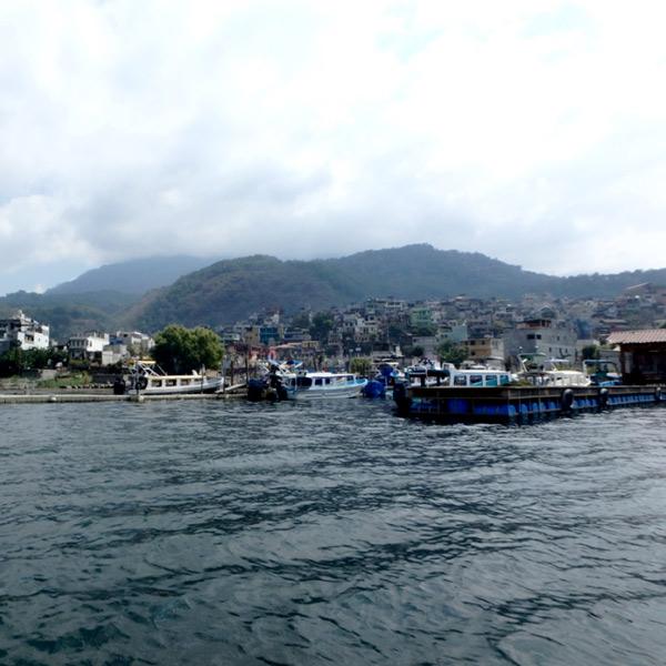 ボートから見たサンティアゴ・アティトラン。パナハッチェルへの乗合ボートは、1人25ケツァール(約360円)、所要時間は約20分。満員になったら出発します